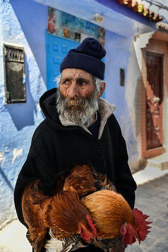 Oude man met baard en kippen in Marokko