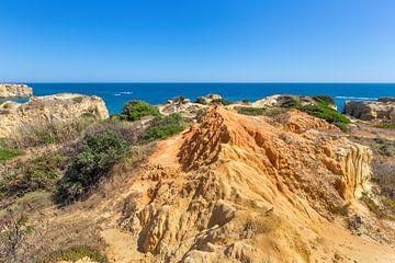 Landschap met rotsen en zee aan kust in Portugal van Ben Schonewille