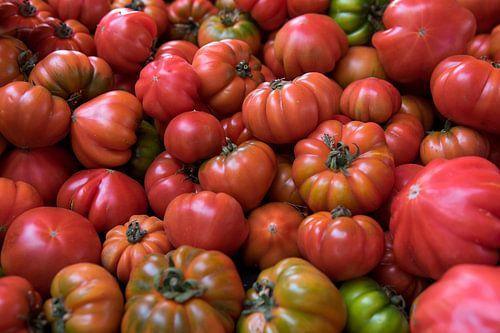 Verse tomaten voor de muur