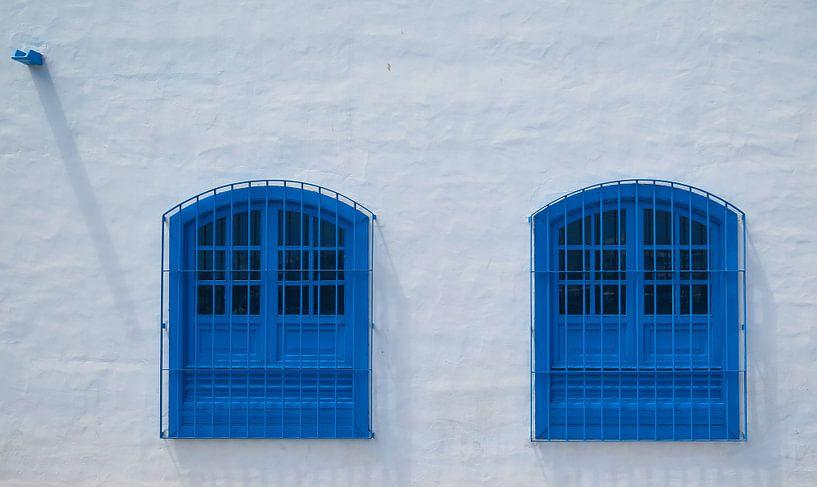 Blauwe ramen, Arrecife, Lanzarote. van Hennnie Keeris