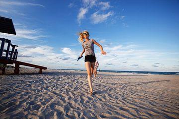 Stranden van Florida Beach rennen meisje von Sita Koning