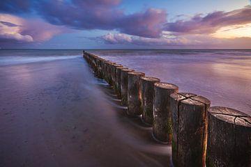 Oostzeestrand van Heiligenhafen met kribben bij zonsondergang van Jean Claude Castor