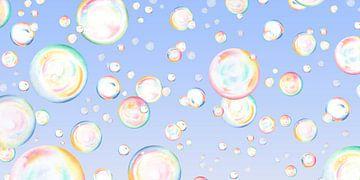 Zwevende zeepbellen op blauw van Sorcia Gelauff-Madge