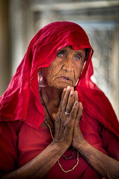 vrouw bij rattentempel in Deshnok, India van Paula Romein