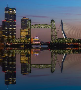 Reflectie skyline Rotterdam met de Hef sur Ilya Korzelius