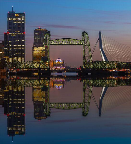 Reflectie skyline Rotterdam met de Hef van Ilya Korzelius