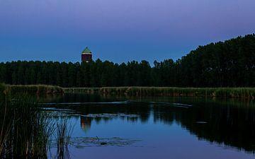 Mooie foto van de watertoren in Axel na zonsondergang van Yvonne Prinsen