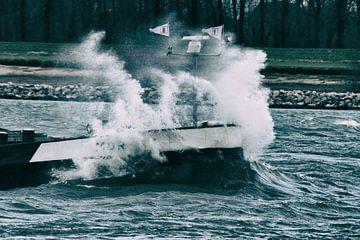 Woest water beukend op een schip van