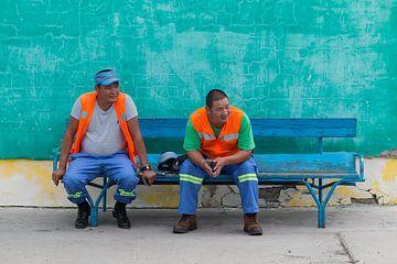 Stationsmitarbeiter in der Mongolei ruhen sich auf einer Bank aus von Andre Brasse Photography