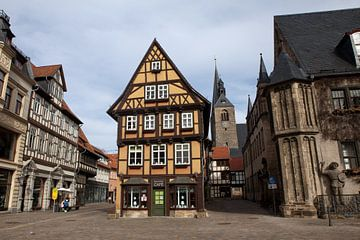 Welterbestadt Quedlinburg - Marktplatz (im Hintergrund die  Marktkirche St. Benedikti) von t.ART