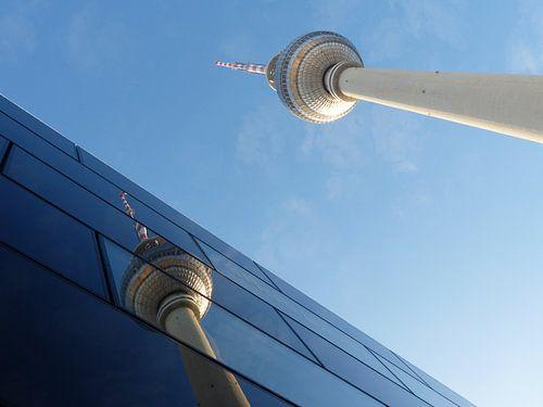 Fernsehturm am Alexanderplatz gespiegelt, Berlin, TV-Tower van Ralf Schroeer