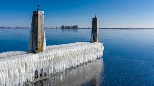 Des glaçons et de l'eau gelée le long du front de mer