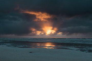 Zonsondergang met een donkere wolkenlucht bij Terschelling van Alex Hamstra