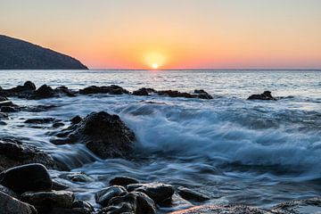 Des vagues déchaînées au lever du soleil