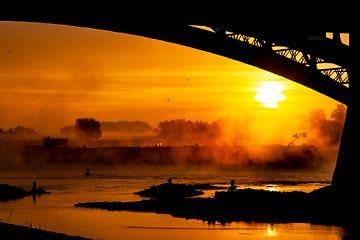 Le brouillard recouvre Waal à Nimègue sur Henk Kersten