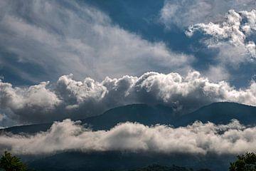 Wolken in den Bergen von Hanneke Luit