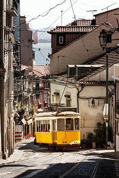 Gele tram in de smalle straten van Lissabon sur Dennis van de Water