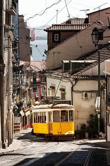 Gele tram in de smalle straten van Lissabon van Dennis van de Water
