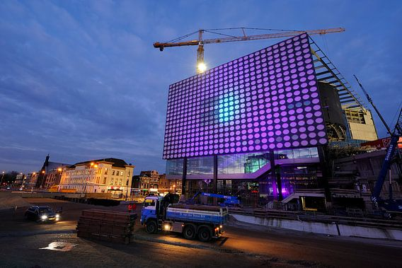 TivoliVredenburg in aanbouw in Utrecht met tijdelijke verlichting van de gevel (1)