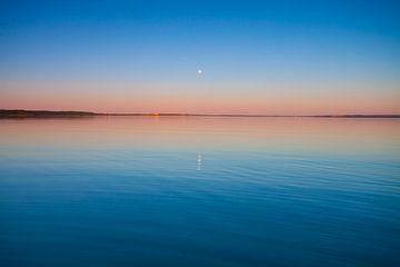 Ciel turquoise à l'aube et eau turquoise, le soleil se lève, lac Pleshcheyevo. Bleu lisse et lac tur sur Michael Semenov