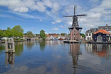 Stadsgezicht op het Spaarne in Haarlem met daarop de klassieke oude houten windmolen van Robin Verhoef