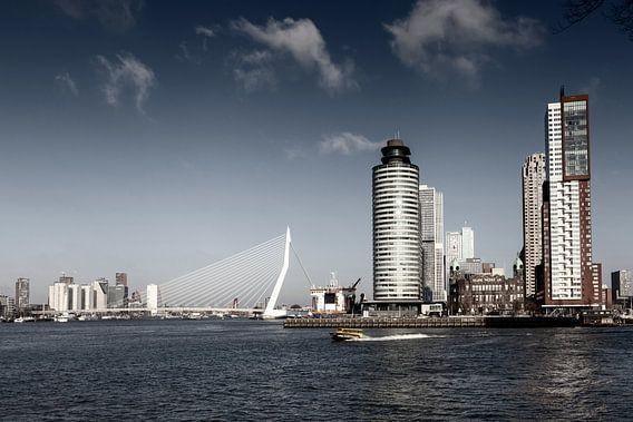 Rotterdam Skyline met Erasmusbrug brug, Nederland.