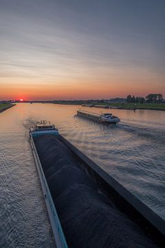 Binnenvaartschip op Amsterdam-Rijnkanaal bij Rijswijk Gelderland tijdens zonsondergang van Moetwil en van Dijk - Fotografie