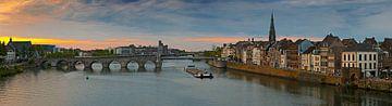 Panorama Maastricht vanaf de Maas met zicht op de Sint Servaasbrug van