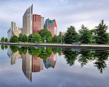 Skyline Den Haag met water reflectie