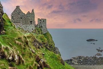Dunluce Castle, eine mittelalterliche Ruine, County Antrim, Nordirland von Mieneke Andeweg-van Rijn