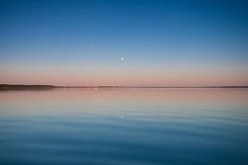 L'aube turquoise. Russie, région de Yaroslavl, ville de Pereslavl, lac de Pleshcheyevo. surface bleu sur Michael Semenov