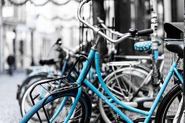 Straatbeeld Maastricht, fietsen blauw von Chantal Brugmans