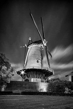 Korenmolen De Windotter bij avond in zwartwit van Tony Buijse
