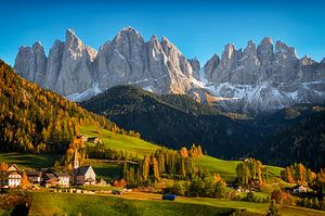 Dorp St. Magdalena in de Dolomieten in de herfst