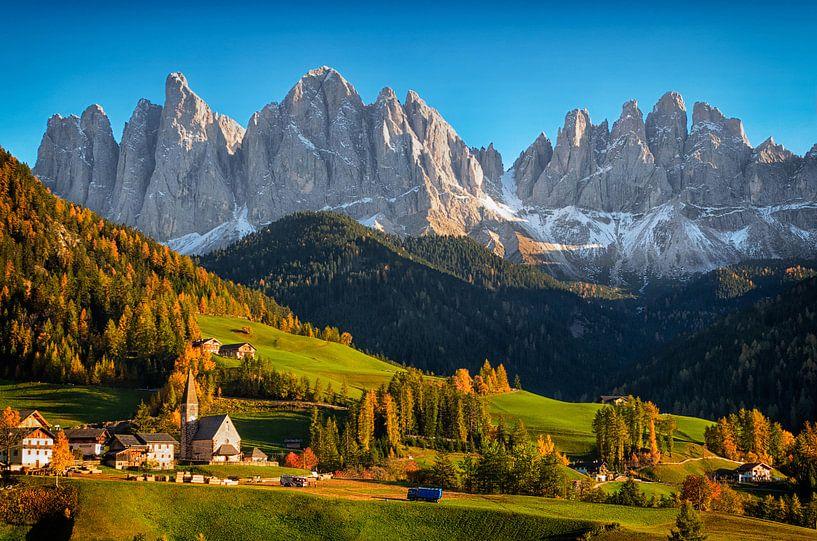 Dorp St. Magdalena in de Dolomieten in de herfst van iPics Photography