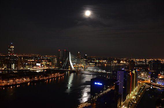 Rotterdam en de Maas onder een volle Maan van Marcel van Duinen