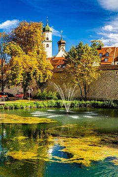 Vijver met fontein in Isny Allgäu met stadsmuur en kerktoren van Dieter Walther
