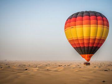 Ballon over de woestijn van Dubai van Dennis van Berkel