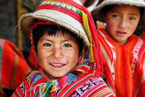 Vrolijk kind uit de Andes in Peru van