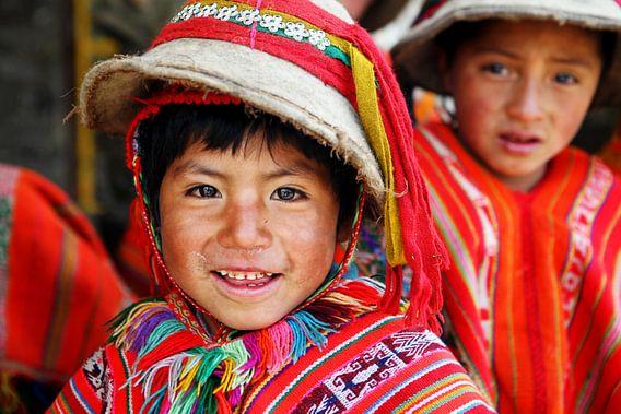 Vrolijk kind uit de Andes in Peru van Geja Kuiken