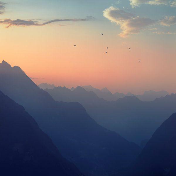 Sunrise in the Swiss Alps van Dirk Wüstenhagen
