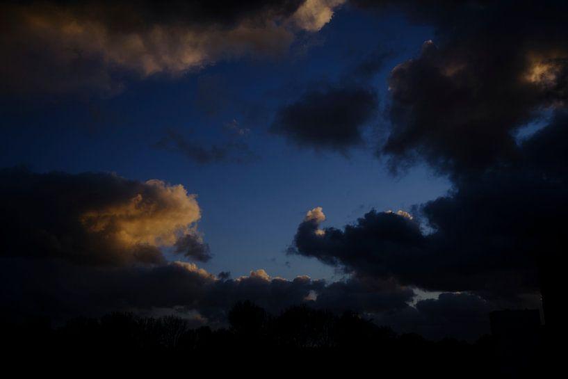 Wolken jagen van Bastiaan Vogel