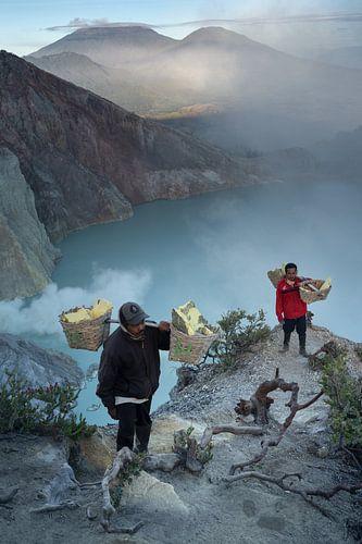 Zwavel mijnwerkers aan de rand van de Ijen krater