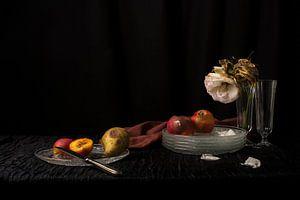 Stilleven met vergaan fruit en rozen