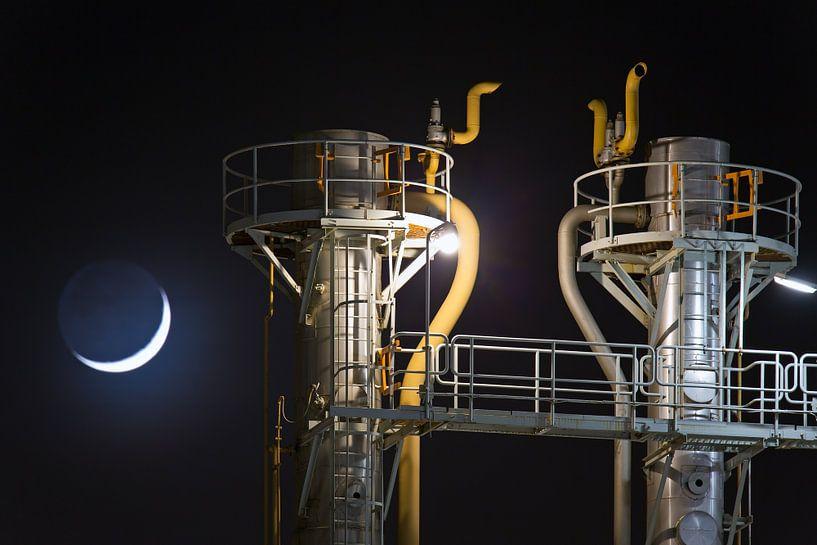 Maan boven de Botlek te Rotterdam van Anton de Zeeuw