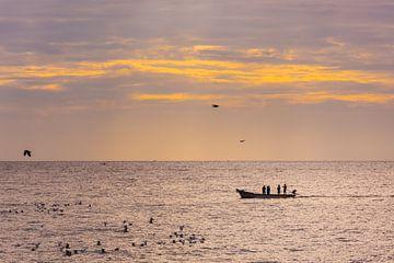 Kleine vissersboot met vissers aan de kust van Pondicherry, Tamil Nadu, Zuid-India in de vroege ocht van Robert Ruidl