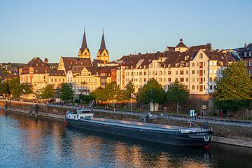 Banque Peter-Altmeier à la Moselle avec la vieille ville et la péniche dans la lumière du soir, Cobl