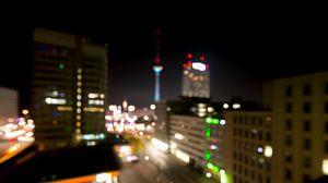 Berlijn - Fernsehturm op Alexanderplatz (out of focus)