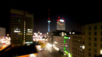 Berlijn - Fernsehturm op Alexanderplatz (out of focus) van