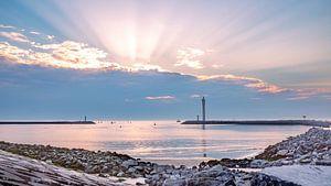 Sonnenuntergang mit Sonnenstrahlen hinter Wolken in Oosteroever von Daan Duvillier